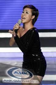 Cách cầm micro để hát karaoke hay hơn